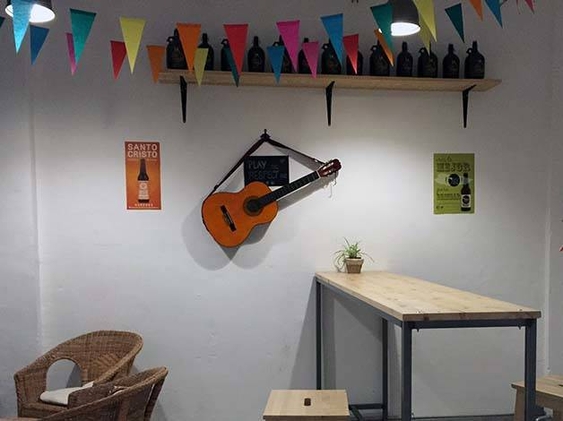 the-growler fons de lu bar guitare au mur